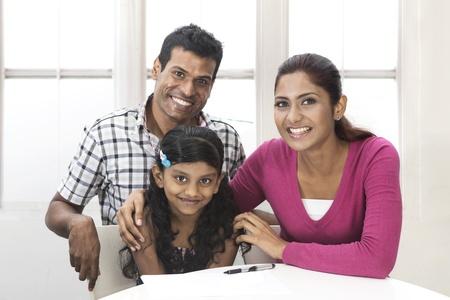 Portrait d'une famille indienne dans la cuisine de détente ensemble. Banque d'images
