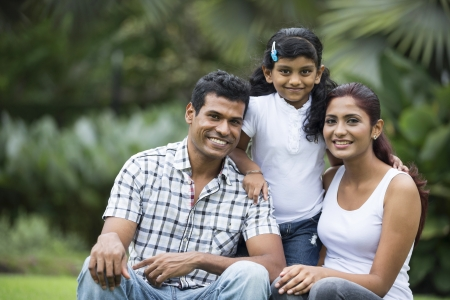 Happy famille indienne. P�re, m�re et fille dans le parc photo