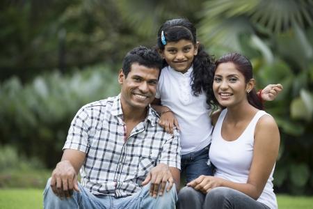 ninos indios: Familia india feliz. Padre, madre e hija en el parque