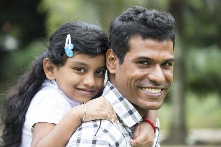 father and daughter: Chúc mừng Indian Cha và con gái chơi trong công viên. Hình ảnh phong cách sống. Kho ảnh