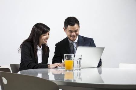 Un groupe de gens d'affaires chinois ayant une réunion ensemble Banque d'images