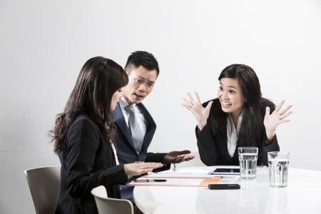 Angry affaires chinois en criant à ses collègues à une réunion d'affaires