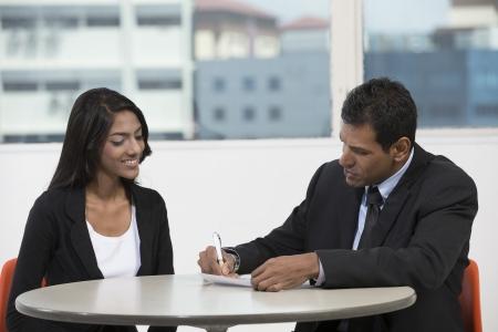 Heureux l'homme d'affaires indien et une femme ayant une réunion