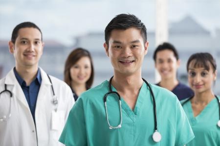 grupo de médicos: Grupo de médicos y enfermeras de pie en un hospital. Personas Multi-ethnic del caucásico, el personal médico chino y el indio.