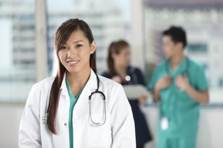 L'équipe médicale asiatique de médecins et d'infirmières debout dans un hôpital.