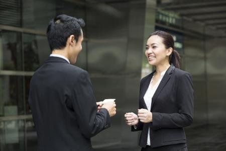 Homme d'affaires asiatique de présenter sa carte de visite à une femme d'affaires