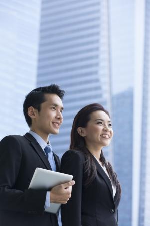 Portrait d'un homme d'affaires chinois et la femme dans un milieu urbain moderne.