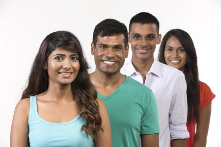 Groupe heureux d'amis indiens. Isolé sur un fond blanc. Banque d'images