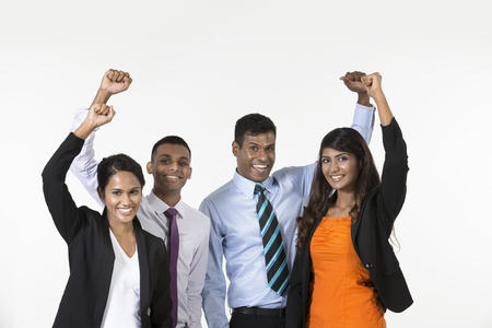 profesionálové: Šťastný indické obchodní tým slaví. Samostatný na bílém pozadí