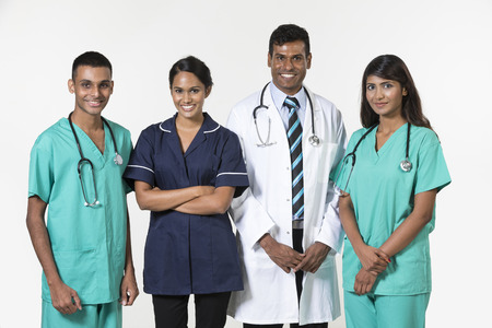 Équipe médicale indienne debout sur fond blanc