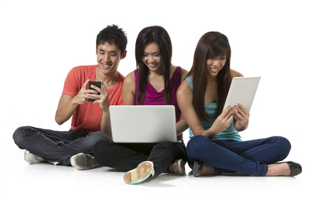 Groupe d'amis chinois à l'aide de la technologie moderne. isolé sur fond blanc.