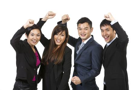 Bonne équipe d'affaires chinois pour célébrer le succès. Isolé sur fond blanc