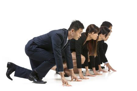 Chinese business team klaar om een race te starten. Conceptueel beeld over de concurrentie. Geïsoleerd op witte achtergrond.