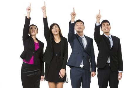 Un groupe de gens d'affaires asiatiques pointant à quelque chose. Élever leurs mains et montre. Isolé sur fond blanc.