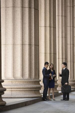colonial building: Colegas de negocios de Asia o China. El abogado profesional o equipo de negocios fuera de un edificio colonial.