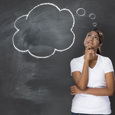 Bonne femme indienne debout sous bulle de pensée dessiné à la main sur un tableau noir.