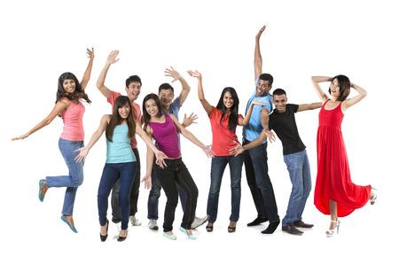 Große Glückliche Gruppe von asiatischen Freunden tanzen. Isolierte über weißem Hintergrund