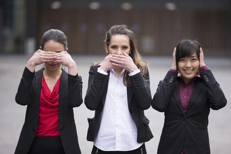 3 つのビジネスの女性、概念: いいえ参照してください聞く 。