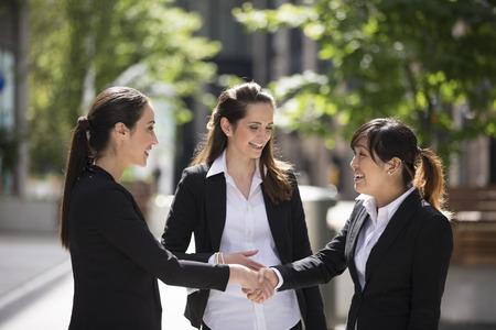 business asia: Donne di affari caucasiche si stringono la mano. Concetto di business. Archivio Fotografico