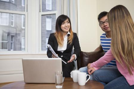 Conseiller financier asiatique couple rencontre pour la planification des investissements. Banque d'images