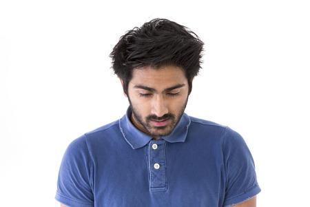 mirada triste: Hombre indio pensativo o deprimido mirando hacia abajo. Aislado en el fondo blanco