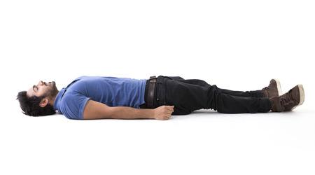durmiendo: Hombre indio acostado en el piso. Imagen de cuerpo entero. Aislado en el fondo blanco.