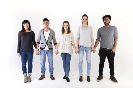 manos agarrando: Feliz grupo de amigos de la mano. Grupo de raza mixta. Aislado en un fondo blanco.