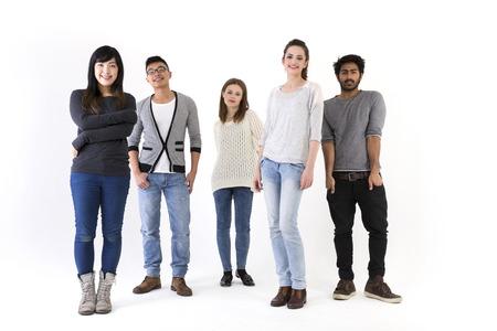razas de personas: Feliz grupo de amigos. Grupo de raza mixta. Aislado en un fondo blanco.
