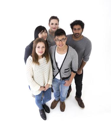 por encima de vista de un grupo de amigos felices. Grupo de raza mixta. Aislado en un fondo blanco. Foto de archivo
