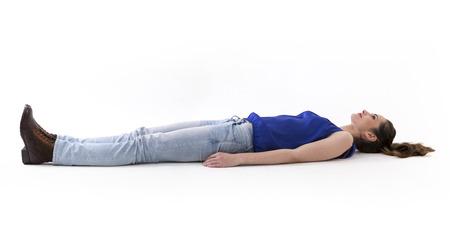 백인 여자는 바닥에 누워. 전체 길이 이미지입니다. 흰색 배경에 고립.
