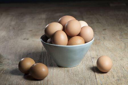 huevo: Huevos frescos de granja que se sientan en la mesa r�stica. Foto de archivo
