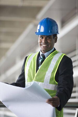 Porträt Eines Männlichen Indischen Industrie-Ingenieur Bei Der ...