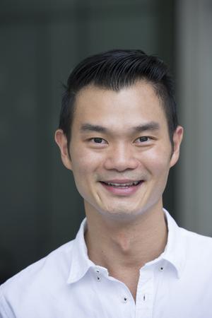 retrato: Retrato de un hombre chino guapo sonriendo y mirando a la cámara.