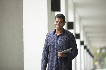 Glücklicher indischer Mann im Freien. Porträt eines indischen Mann, der einen traditionellen Kurta tragen.