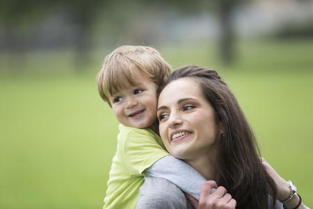 Heureuse mère jouant avec son fils d'enfant en bas âge à l'extérieur. Concept d'amour et de convivialité.