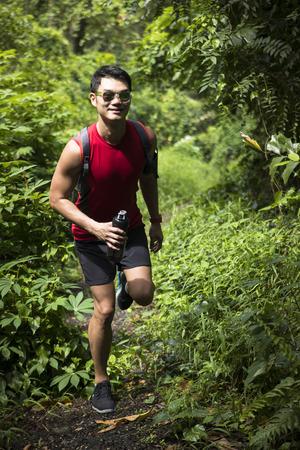 Athletic Asiatique trekking sur le sentier de la forêt. concept de remise en forme asiatique Athletic.