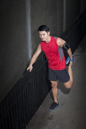 Athletic homme asiatique étirement pendant l'exercice. Action et le concept de mode de vie sain.