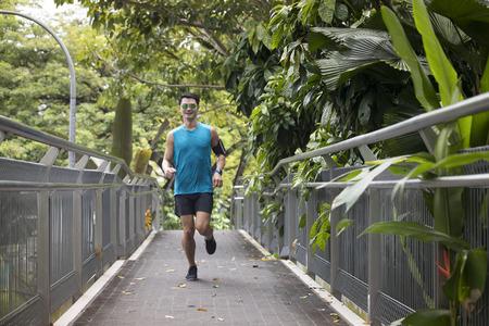 Athlétique homme asiatique formation en cours d'exécution en plein air pour le marathon. Athletic concept de remise en forme asiatique. Banque d'images