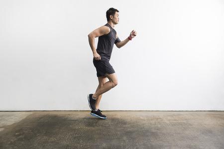 Zijaanzicht van een Aziatisch man die buiten training voor marathon. Aziatisch fitness concept.