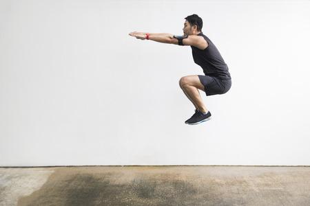 L'homme chinois saute en faisant du sport. Concept d'action et mode de vie sain. Banque d'images