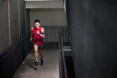 Asiatique sport course extérieur formation pour le marathon. concept de remise en forme asiatique.
