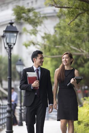 Deux collègues asiatiques affaires à parler à l'extérieur dans la ville asiatique moderne. Banque d'images