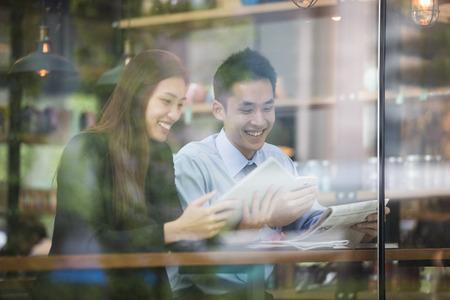 homme d'affaires asiatique et réunion de la femme dans un café.