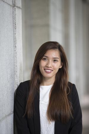 Portrait d'une femme d'affaires chinoise debout à l'extérieur. Banque d'images