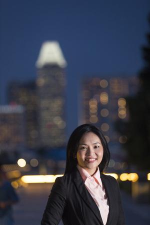 affaires asiatique en costume d'affaires intelligent dans la ville la nuit.