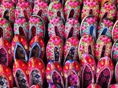gestickt: Chinesische Schuhe bestickt mit Blumen