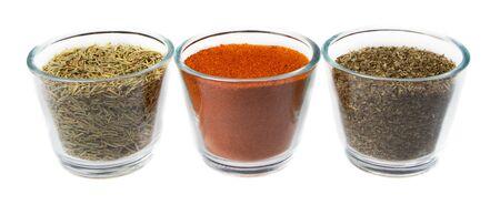 bocaux en verre: Trois herbes et des �pices dans des bocaux en verre, le thym, le poivre rouge, et l'origan, isol� sur un fond blanc