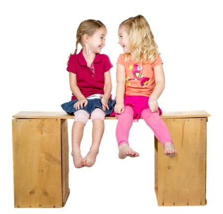 enfants qui rient: Deux enfants heureux en riant et en regardant les uns des autres, isol� sur un fond blanc