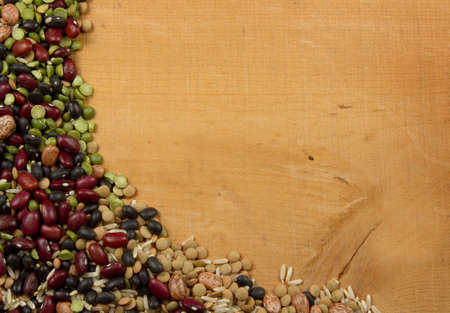 leguminosas: lentejas frijoles y el arroz en una variedad de un cuarto de madera de fondo para el espacio de copia
