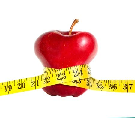 Een magere appel met een meetlint, geïsoleerd op een witte achtergrond Stockfoto